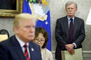 米ホワイトハウスで、米韓首脳会談を行うトランプ大統領(左)を見守るボルトン大統領補佐官(右、当時)=2018年5月(AP=共同)