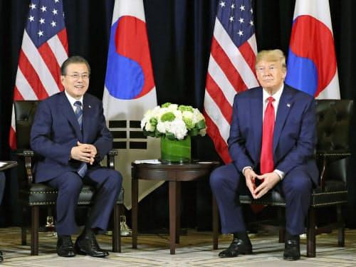 9月23日、米ニューヨークで会談するトランプ大統領(右)と韓国の文在寅大統領(聯合=共同)
