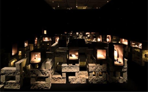 洞窟の中で探索するように宝石を鑑賞できる(東京都港区の国立新美術館、撮影:小野祐次 (C)N.M.R.L./ Hiroshi Sugimoto + Tomoyuki Sakakida)