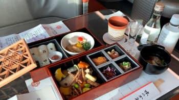 旅行商品として発売される4号車の食事。10月の下り車内では老舗料亭「行形亭」の日本料理が提供される