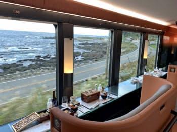 4号車の二人掛けシートは海を眺めながら食事を楽しめる
