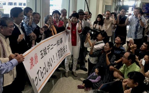 知事就任後初めて訪米する玉城デニー氏(左から4人目)を激励する支援者ら(2018年11月、那覇空港)