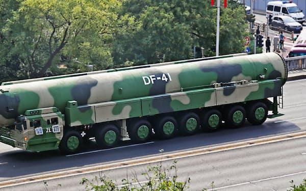 中国は大陸間弾道ミサイル「東風41」を披露した(2日、北京)=小林健撮影