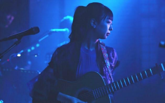 ギター弾き語りも披露した=小松 麻衣撮影