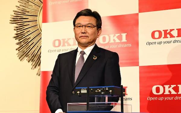 エッジコンピューティング向け製品を発表するOKIの鎌上信也社長(3日、都内)