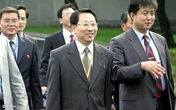 北朝鮮の金明吉前駐ベトナム大使(中)=ロイター
