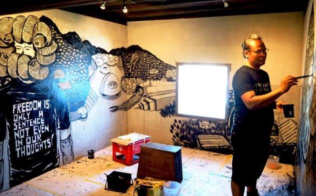 インドネシアの作家、エコ・ヌグロホは「壁」で閉塞感と自由を表現した(伊吹島)