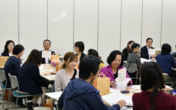 大分銀行と宮崎銀行はそれぞれが組織する女性経営者の会の交流会を開いた(3日、大分市)