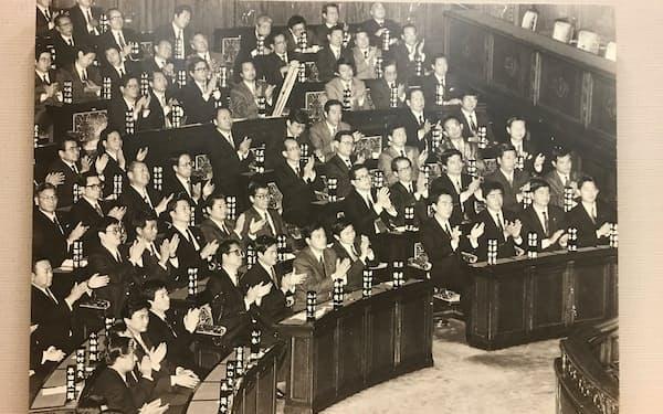 1990年ごろの衆院本会議場(岡田氏は最前列の右から6人目)