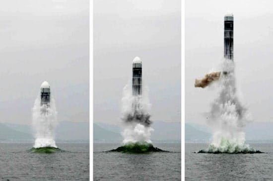3日付の北朝鮮の労働新聞が掲載した新型潜水艦発射弾道ミサイル(SLBM)「北極星3」型の発射実験の連続写真(コリアメディア提供・共同)