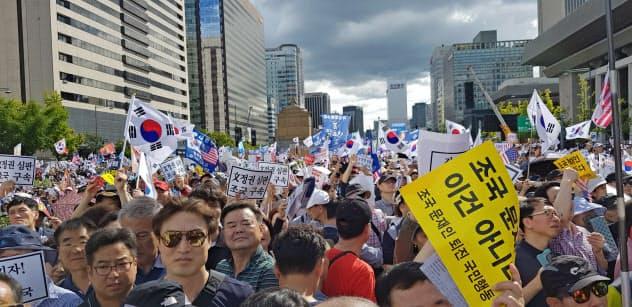 保守派が3日、ソウルの光化門広場で開いた曺国法相の辞任を求める集会