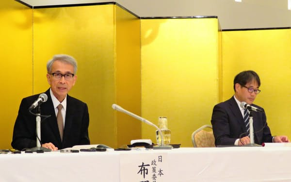 記者会見する日銀の布野幸利審議委員(左)と松江支店の花尻哲郎支店長(3日、松江市)