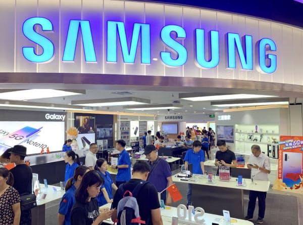 中国では数年前まで、スマホといえばサムスンと言われるほどの人気を博したが…(3日、広東省広州市)