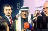 記者団の質問に答えるサウジアラビアのアブドルアジズ・エネルギー相(2日、モスクワ)=ロイター
