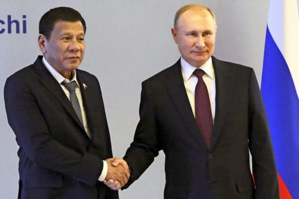 会談に臨むロシアのプーチン大統領(右)とフィリピンのドゥテルテ大統領(3日、ロシア南部ソチ)=AP