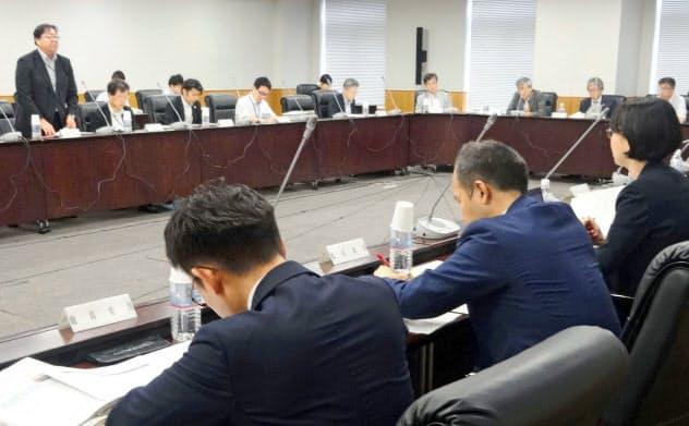 大学入学共通テストで導入される英語民間試験の円滑実施について話し合われた会議(9月、文科省)=共同