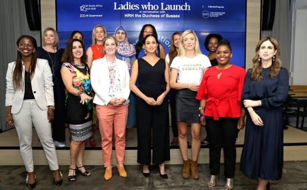 女性起業家は資金調達面で男性より不利であることが多い(2019年9月、ケープタウンでのイベントで英国のメーガン妃=前列中央=を囲む女性起業家ら)=ロイター
