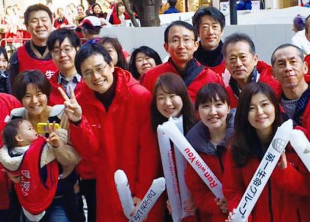 東京マラソンを社員と一緒に応援(前列右から4人目が本人)