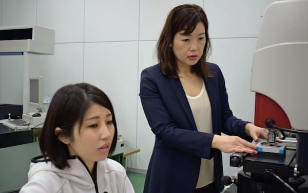 赤羽社長(右)は地元企業に放射光活用を呼びかける(9月2日、宮城県利府町)