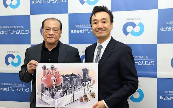 ウイスキー工場のイメージ図を手に持つドリームリンクの村上雅彦社長(右)と、BARル・ヴェールの佐藤謙一氏(4日、秋田県庁)