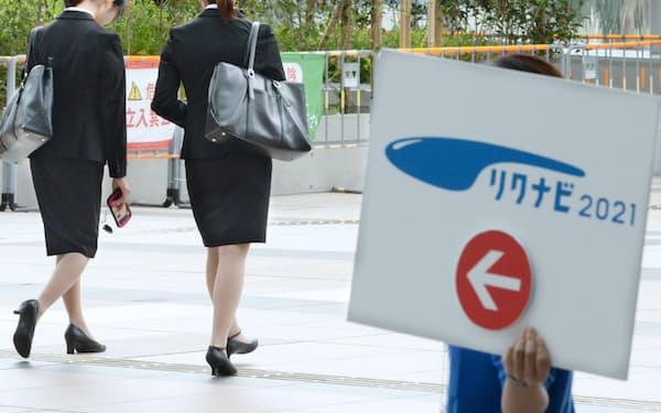 リクルートキャリアが主催する企業の合同説明会に訪れた学生たち(東京都江東区)