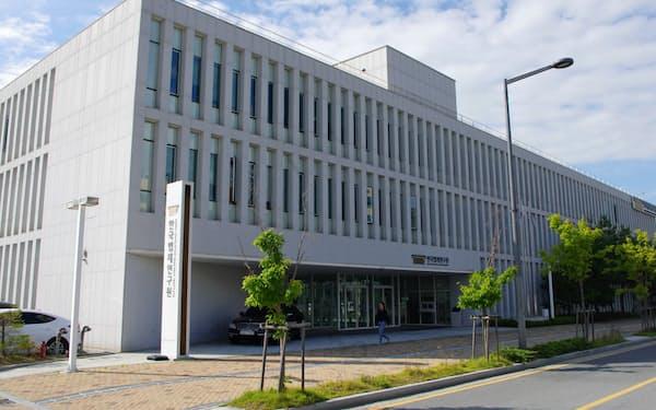 韓国法制研究院は1990年設立。アジアで先行して法令英訳を始めた