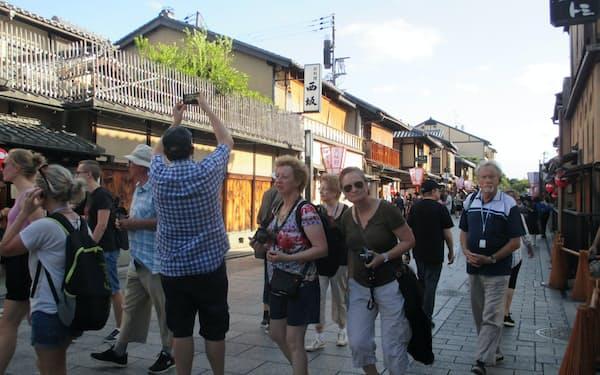 訪日外国人客の急増で京都では観光公害も指摘されている(京都市東山区)