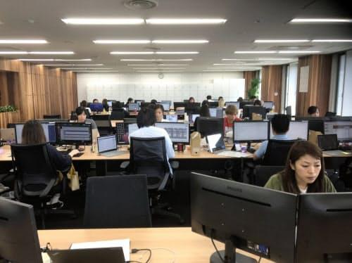 新拠点で作業するD2Cの従業員(4日、宮崎市)
