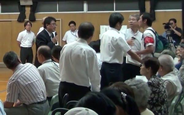 西成のまちづくり検討会議では強烈なヤジも飛んだが、直接対応した(左のマイクを持つ男性が本人)