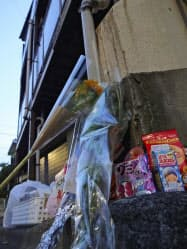 船戸結愛ちゃんが虐待を受け、死亡したアパートに供えられた花や菓子(東京都目黒区)=共同