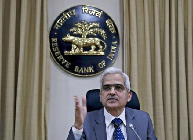 「緩和的政策を続ける」と述べたインド中銀のダス総裁(4日、ムンバイ)=AP