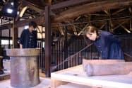 実際に窯で製造されていた土管も展示されている(4日、常滑市)