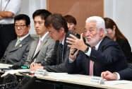大阪府庁を訪問したBIEのロセルタレス事務局長(右)。左は松井大阪市長と吉村大阪府知事(4日)