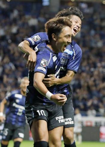 G大阪―札幌 後半、先制ゴールを決め喜ぶG大阪・倉田(手前)と福田(4日、パナスタ)=共同
