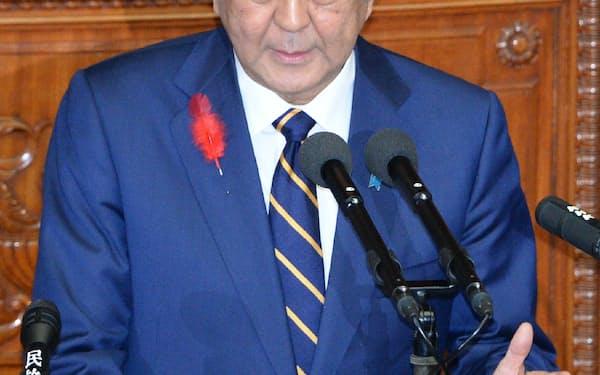衆院本会議で所信表明演説をする安倍首相(4日)