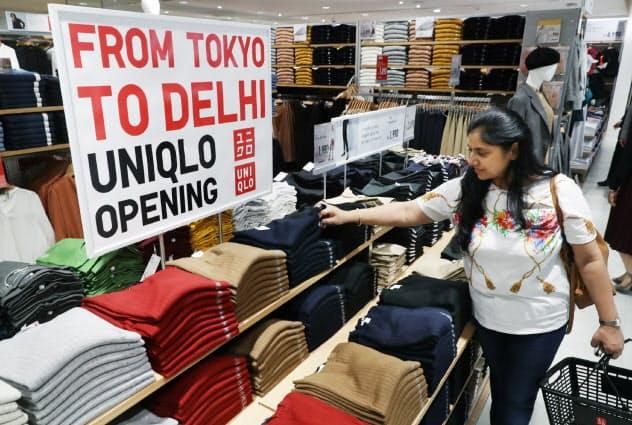 オープンしたユニクロのインド1号店で買い物をする女性(4日、ニューデリー)=石井理恵撮影