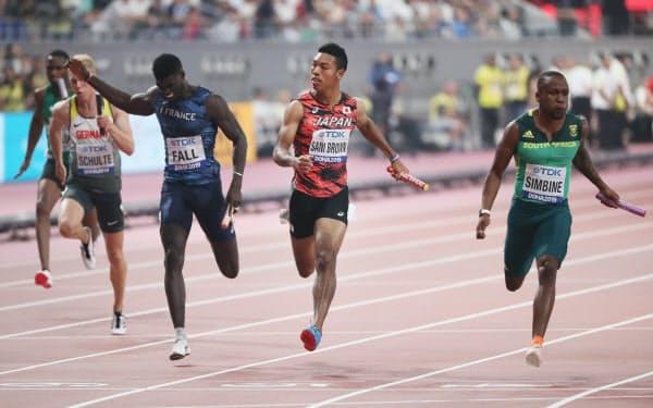 男子400メートルリレー予選でゴールするサニブラウン(右から2人目)=山本博文撮影