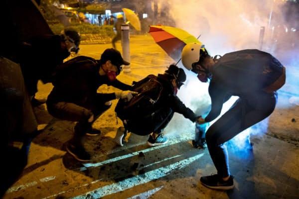 4日、香港各地で激しい抗議活動が相次いだ=ロイター