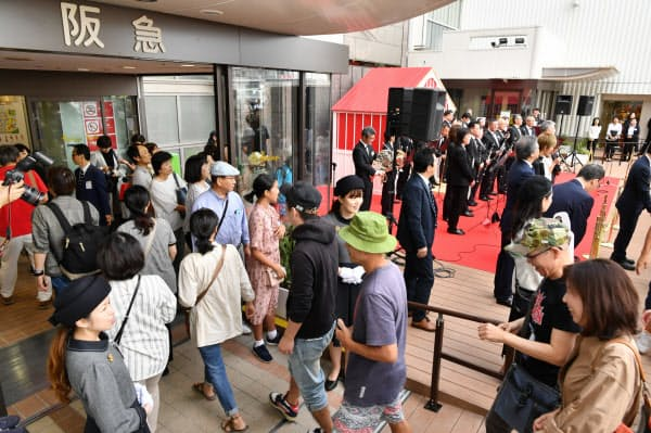 来店客でにぎわう開業した神戸阪急(5日午前、神戸市中央区)