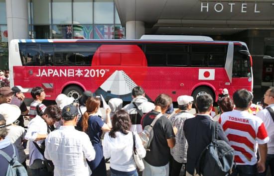 日本代表の宿舎前にも多くの人が集まった