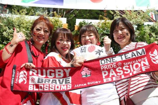 豊田スタジアムに応援に駆けつけ、記念撮影する日本のファン