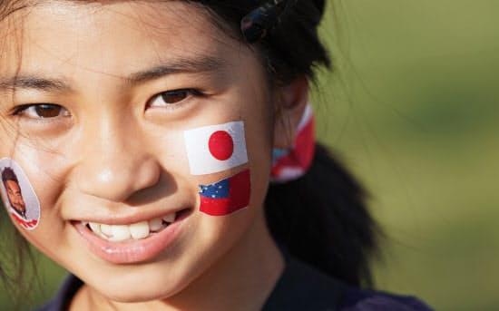 日本とサモア両国の国旗をフェイスペイントした人も