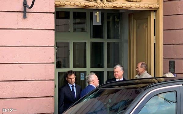 4日にスウェーデン外務省を訪れた米国のビーガン北朝鮮担当特別代表(左から3人目)=ロイター