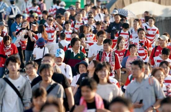 日本対サモア戦の会場の豊田スタジアムには早くから多くのファンが集まり始めた(5日、愛知県豊田市)