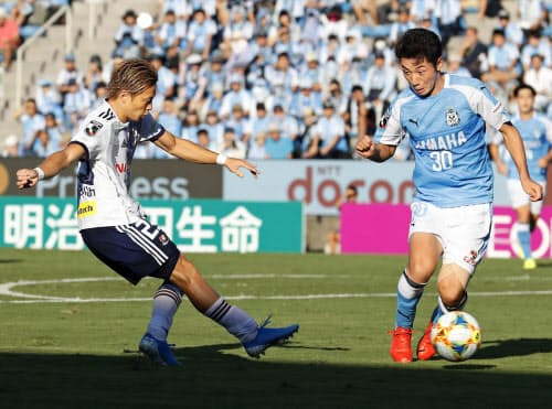 磐田―横浜M 後半、ゴールを決める横浜M・仲川=左(5日、ヤマハ)=共同