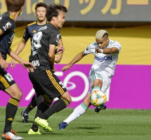 仙台―松本 前半、先制ゴールを決める松本・セルジーニョ=右端(5日、ユアスタ)=共同
