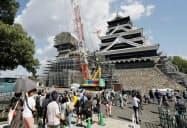 大天守の周辺が3年半ぶりに一般開放された熊本城天守閣。左は小天守(5日、熊本市)=共同