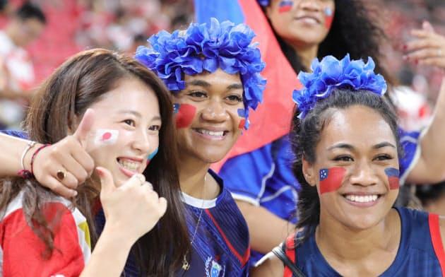 記念写真に納まる日本とサモアのファン
