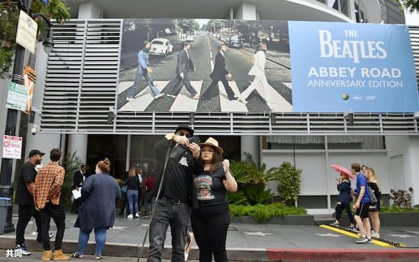 キャピトル・レコーズ本社前で写真を撮るファン(9月26日、米ロサンゼルス)=共同