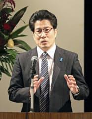 講演で拉致問題の早期解決を訴える横田拓也さん(5日午後、川崎市)=共同